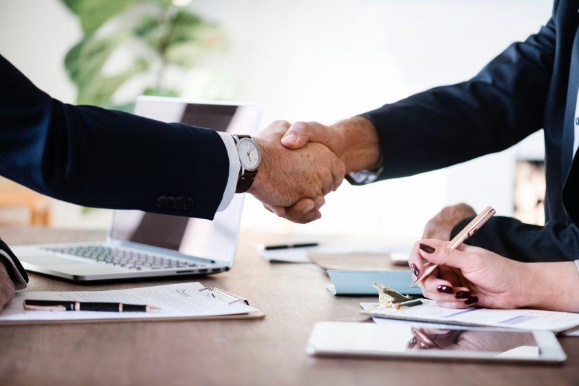 Deux hommes d'affaires qui se serrent la main