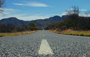 Route vue du sol vers montagnes