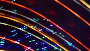 Lasers colorés la nuit