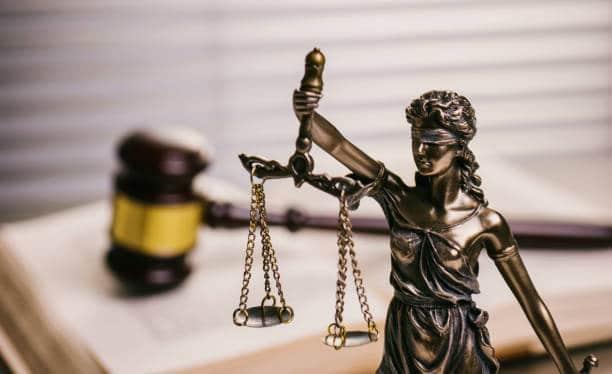 Statuette femme justice symbolisant service juridique