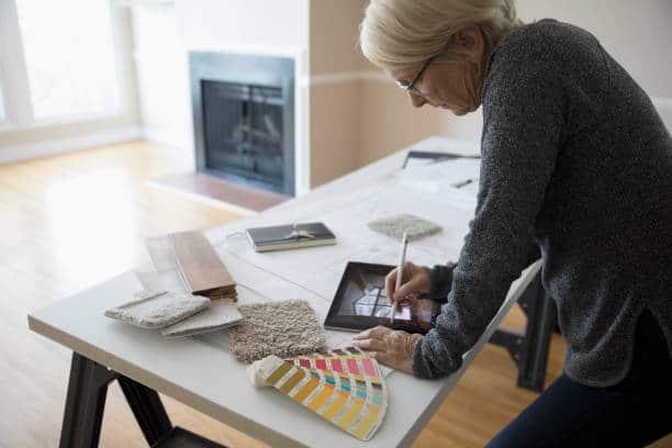 Femme qui choisit les couleurs de son intérieur sur une tablette