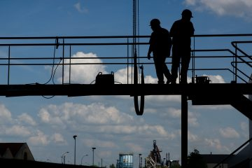 Deux travailleurs sur une plateforme en hauteur