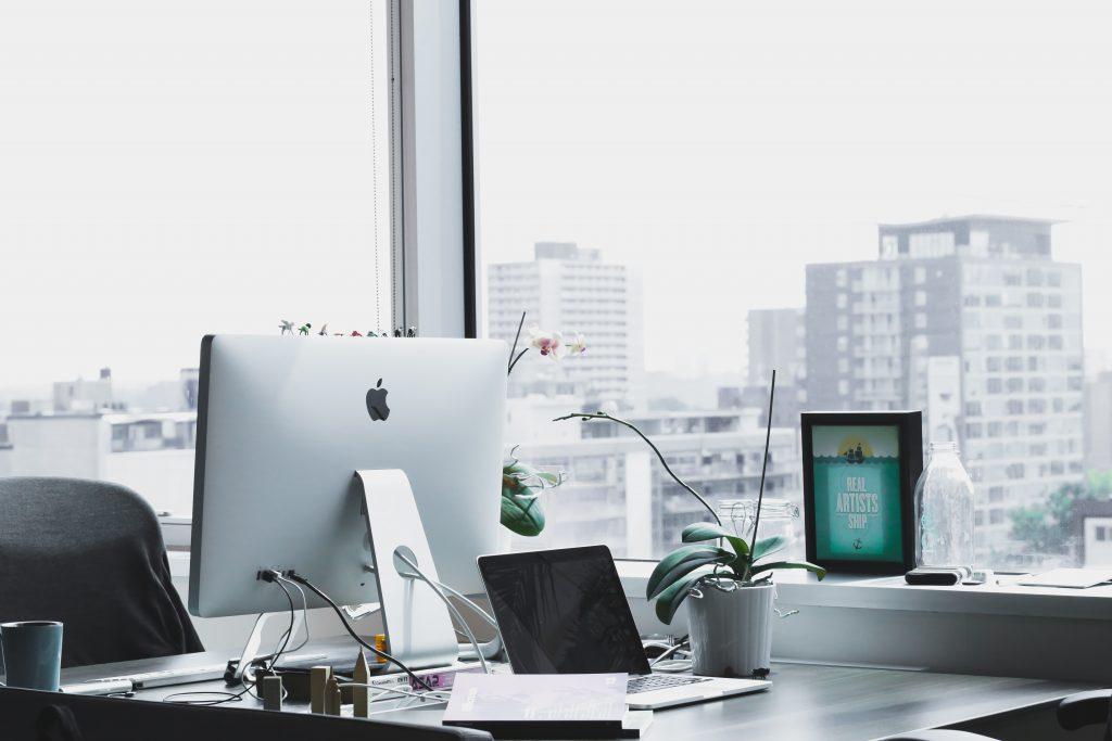 bureau équipé avec un ordinateur