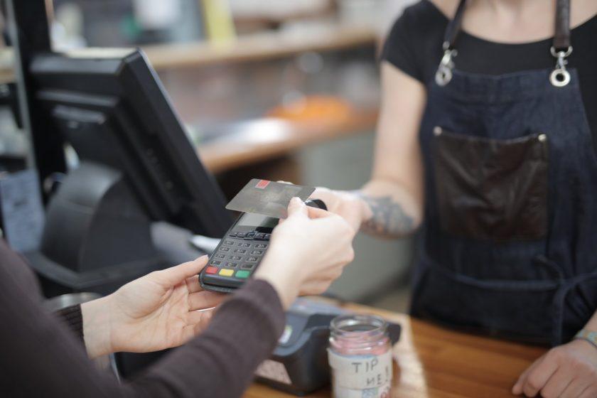personne qui effectue un paiement sans contact