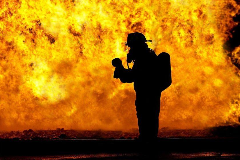 pompier devant un feu
